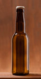 Garrafa da cerveja na tabela de madeira Fotos de Stock