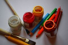 Garrafa da cor da escova de pintura e lápis da cor fotos de stock