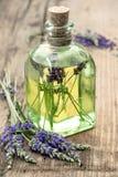 Garrafa da essência de alfazema com flores frescas Ervas saudáveis Fotos de Stock Royalty Free