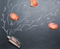 Garrafa da fragrância com a pétala drowing do androse do cheiro no quadro-negro Foto de Stock Royalty Free
