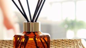 Garrafa da fragr?ncia da casa, decora??o luxuosa europeia da casa e detalhes do design de interiores video estoque