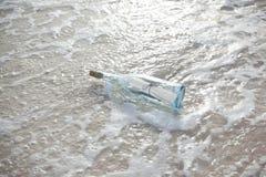 A garrafa da mensagem salvar me Imagens de Stock