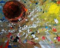 Garrafa da pintura vermelha na superfície de trabalho da pintura com Dred Paint chapinhado Fotografia de Stock Royalty Free