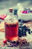 Garrafa da tintura e almofariz de ervas curas no fundo foto de stock