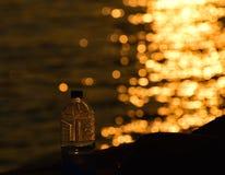 Garrafa de água com a fotografia da reflexão da luz solar Foto de Stock Royalty Free