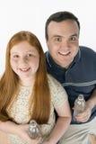 Garrafa de água de And Daughter Holding do pai Imagens de Stock Royalty Free