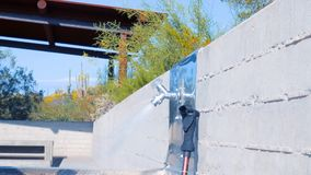 Garrafa de água de enchimento do homem com cenário do deserto do Arizona no fundo vídeos de arquivo