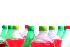 A garrafa de água muitos, refresco plástico da garrafa isolado no fundo branco e cópia text o espaço para o foco seletivo da band fotos de stock royalty free