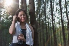 Garrafa de água potável bonita da jovem mulher após o fitne do exercício fotografia de stock