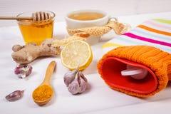 Garrafa de água quente, copo do chá e ingredientes para a bebida de aquecimento da preparação Imagem de Stock