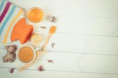 Garrafa de água quente, copo do chá e ingredientes para a bebida de aquecimento da preparação, espaço da cópia para o texto Fotos de Stock Royalty Free