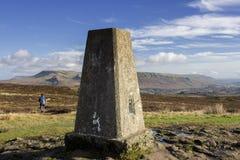 Garrafa de água sobre um monte de pedras da montanha nas montanhas escocesas imagem de stock