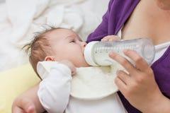 Garrafa de alimentação do bebê Fotografia de Stock