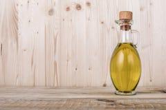 Garrafa de azeite na textura de madeira clara fotos de stock