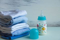 Garrafa de bebê com os acessórios do leite na tabela Fotos de Stock