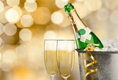 Garrafa de Champagne na cubeta isolada no fundo imagens de stock royalty free