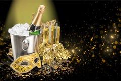 Garrafa de Champagne na cubeta isolada no fundo imagens de stock