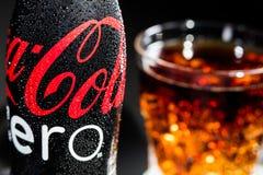 Garrafa de Coca Cola Zero com gotas e do vidro com os cubos de gelo imagens de stock royalty free