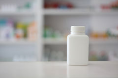 Garrafa de comprimido branca com loja da farmácia Imagem de Stock