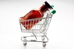 Garrafa de comprimido no trole do carrinho de compras fotos de stock royalty free