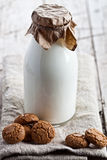 Garrafa de cookies frescas do leite e de amêndoa Fotos de Stock Royalty Free
