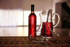 Garrafa de cristal del vino en la tabla Imagen de archivo libre de regalías