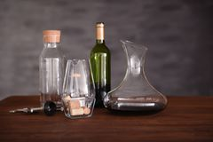 Garrafa de cristal del vino en la tabla Imagen de archivo