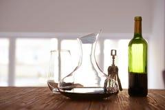 Garrafa de cristal del vino en la tabla Imagenes de archivo