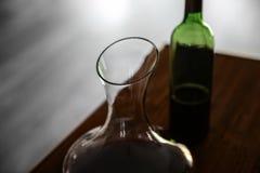 Garrafa de cristal del vino en la tabla Foto de archivo libre de regalías