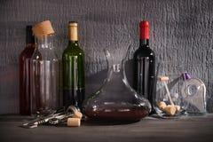 Garrafa de cristal del vino en la tabla contra Fotos de archivo libres de regalías