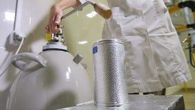 Garrafa de enchimento de Discharges Liquid Nitrogen do químico do movimento lento video estoque