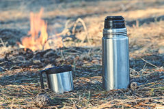 Garrafa de garrafa térmica com o café ou o chá exterior Imagem de Stock