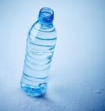 Garrafa de água plástica no fundo molhado Imagens de Stock Royalty Free