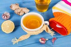 Garrafa de água quente, copo do chá e ingredientes para a bebida de aquecimento da preparação Foto de Stock