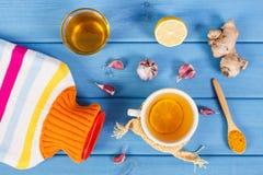 Garrafa de água quente, copo do chá e ingredientes para a bebida de aquecimento da preparação Fotos de Stock Royalty Free