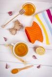 Garrafa de água quente, copo do chá e ingredientes para a bebida de aquecimento da preparação Fotos de Stock
