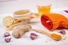 Garrafa de água quente, copo do chá e ingredientes para a bebida de aquecimento da preparação Imagem de Stock Royalty Free