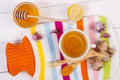 Garrafa de água quente, copo do chá e ingredientes para a bebida de aquecimento da preparação Imagens de Stock