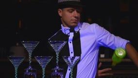 A garrafa de mnanipulação do barman masculino e faz o cocktail A mostra do empregado de bar, tiros claros, equipa o barman profis vídeos de arquivo