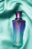 Garrafa de perfume azul fotos de stock