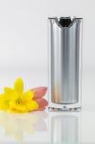 Garrafa de perfume com as flores amarelas e vermelhas no fundo branco Fotos de Stock Royalty Free