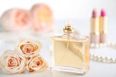 Garrafa de perfume com rosas foto de stock