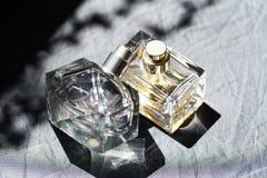 Garrafa de perfume no sol - imagem imagem de stock royalty free