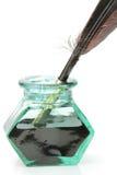 Garrafa de tinta da pena e do vidro imagens de stock royalty free