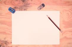 Garrafa de tinta, pena, papel, mesa de madeira Imagens de Stock