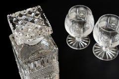 Garrafa de vidro de aguardente e dois vidros de aguardente fotos de stock