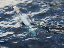 Garrafa de vidro com letra no mar Fotografia de Stock