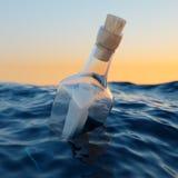 Garrafa de vidro com letra no mar Imagens de Stock