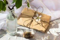 Garrafa de vidro com ramos de florescência da cereja imagens de stock royalty free