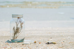 Garrafa de vidro e mar Imagem de Stock